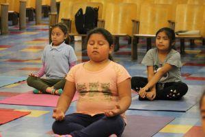 Programa de USC enseña yoga a niños de bajos recursos para superar el estrés crónico