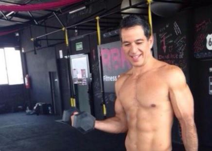 Javier Alarcón tunde a los Millennials presumiendo musculoso torso en el GYM