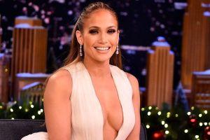 Así de 'hot' se pone el ambiente cuando Jennifer López sacude todo su 'booty', con un mini vestido