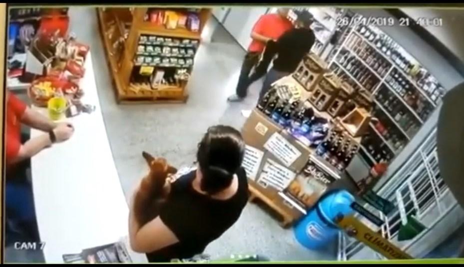 VIDEO: Mujer mata de un disparo a ladrón que quería robar su tienda