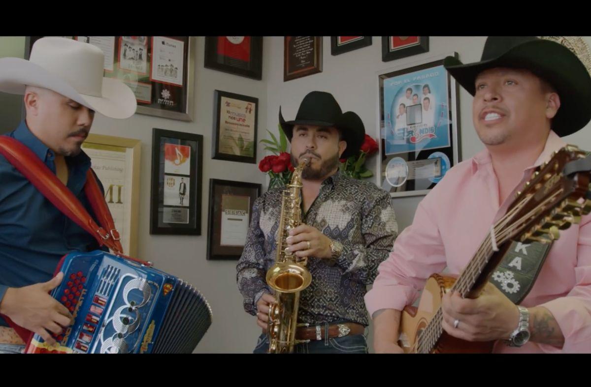 """La Maquinaria Norteña en el video musical, """"Heroína"""" / Foto: Azteca Music"""