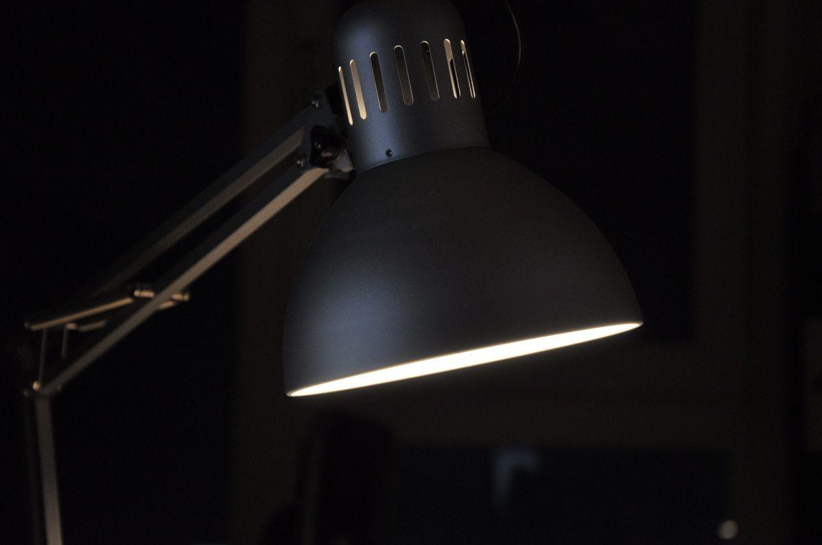 Niño de 4 años muere electrocutado al jugar con una lámpara