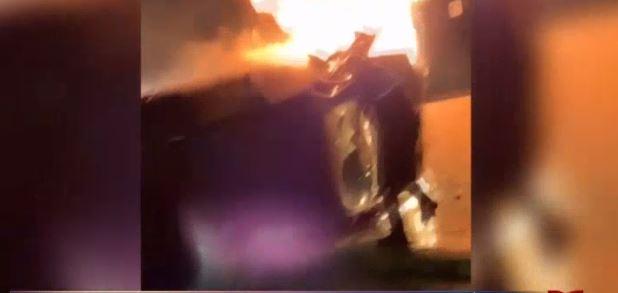 Policía rescata a conductora del fuego que consumía su auto