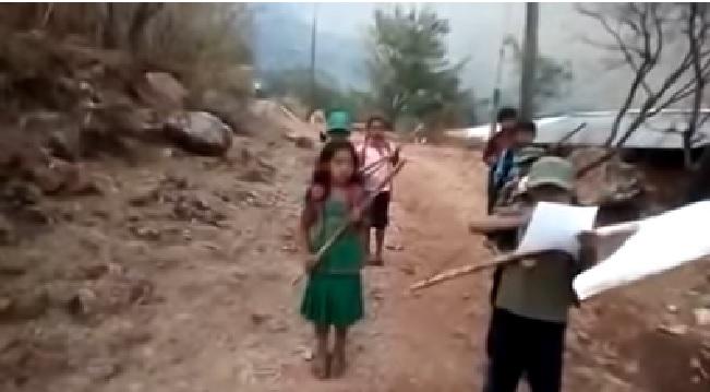 """VIDEO: Niños """"forman autodefensas"""" para combatir a """"Los Ardillos"""" en México"""