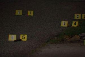 Jóvenes disparan a casa con pistolas de municiones, dueño sale con rifle y mata a uno