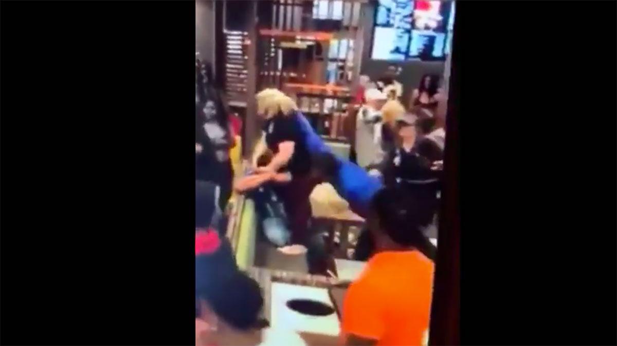 VIDEO: Golpean brutalmente a un hombre en McDonald's por hacer insultos racistas