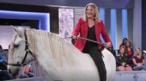 """Dra. Ana María Polo llega montando a caballo a nueva temporada de """"Caso Cerrado"""""""