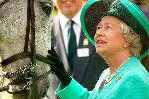 La reina Isabel ha ganado más de $8.6 millones de dólares en las carreras de caballos