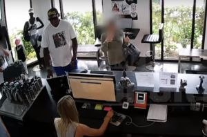 VIDEO: Dennis Rodman es cómplice de robo a una tienda de ropa