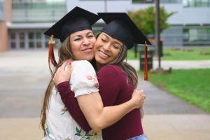 Inspirador: Inmigrante hispana cumple su sueño universitario y se gradúa con su hija