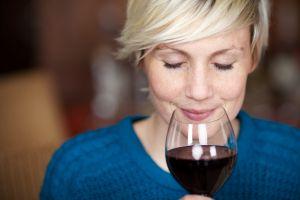 5 razones para beber una copa de vino tinto esta noche