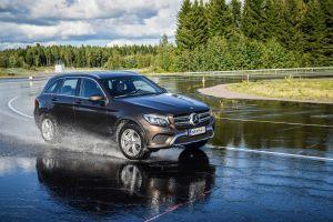 ¿Qué medidas debemos tomar al conducir en suelo mojado?