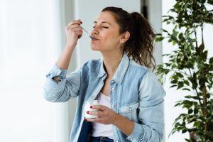 Lo que una porción de yogurt griego al día hará por tu salud