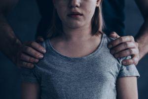 """""""Ella es mejor que tú"""", le dijo a su esposa cuando lo descubrió violando a su propia hija de 5 años"""