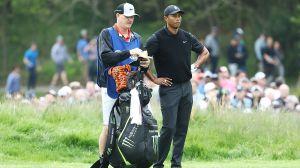 Demandan a Tiger Woods porque su caddie empujó a un hombre que quería una foto