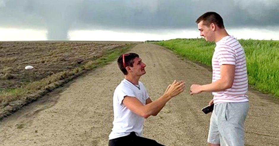 Le pide matrimonio mientras un tornado se acerca por detrás