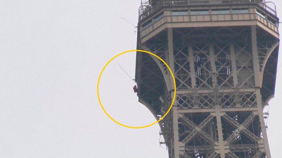 VIDEO: Hombre escala la Torre Eiffel, evacúan a los turistas