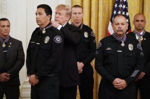 Trump honra a ocho agentes de California que evitaron una masacre en las elecciones de 2016
