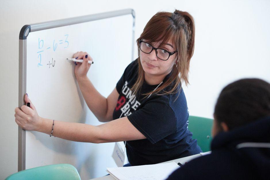 Estudiante lucha por ser maestra, mientras ayuda y motiva a otros a llegar a la universidad