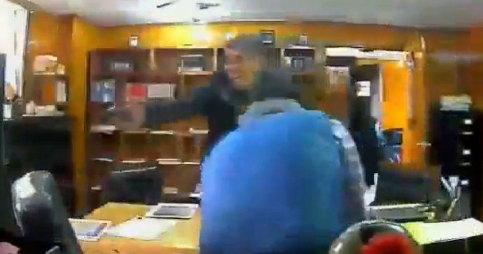VIDEO: Sicario mata a hombre en su propia oficina; le propina disparo en la cabeza
