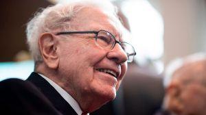 Uno de los hombres más ricos del mundo regala $10,000 a familiares como regalo de Navidad