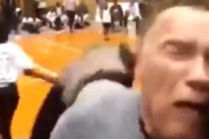 Vídeo: Arnold Schwarzenegger sufre un brutal ataque físico por la espalda