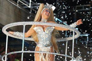 Xuxa, estrella de la música infantil, posa desnuda en la cama