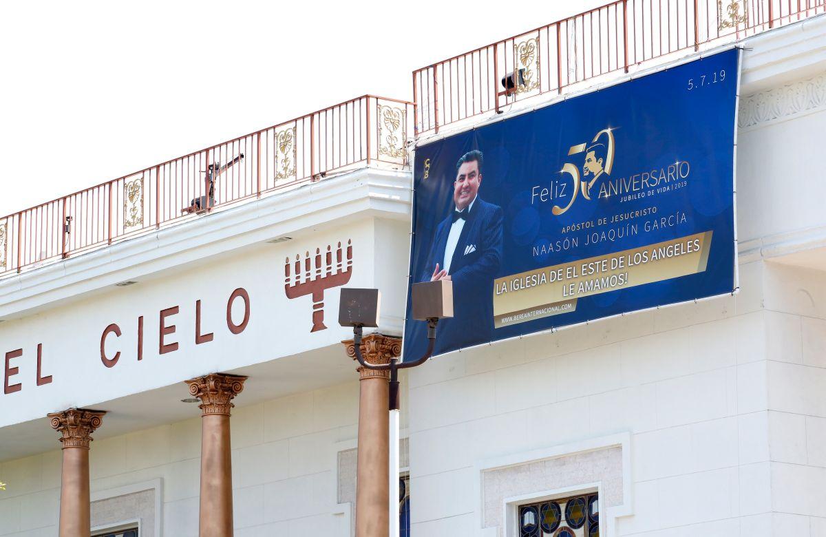 La Iglesia La Luz del Mundo en East L.A. con la foto de su líder.