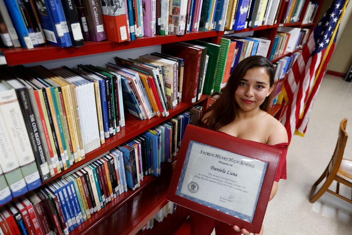 Menor no acompañada no sabía inglés, pero cuatro años más tarde se gradúa con honores