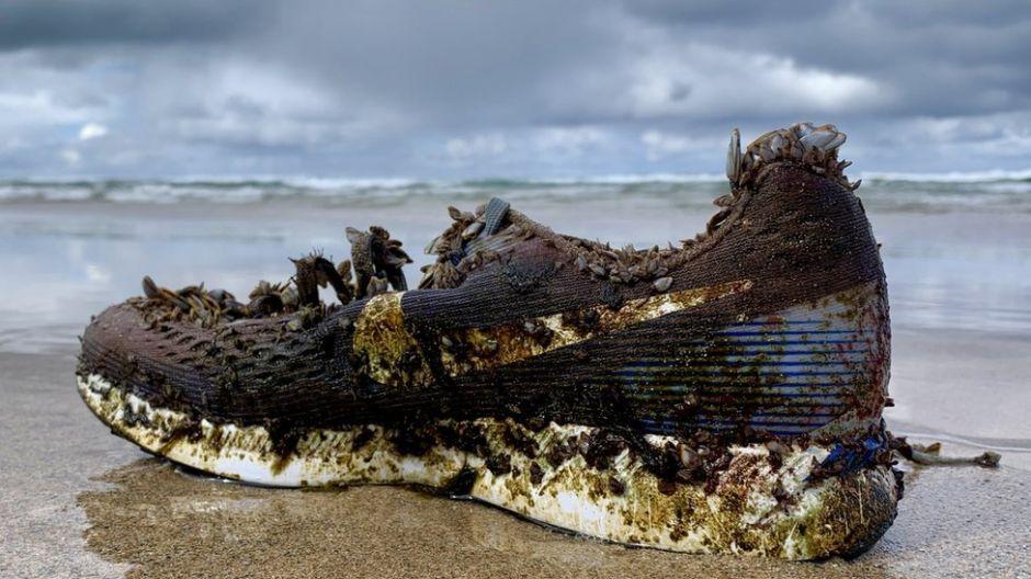 ¿Por qué cientos de zapatos deportivos están apareciendo en playas desde las Bahamas hasta Escocia?