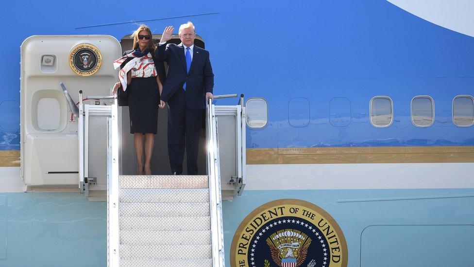 """En fotos: """"El choque de puños"""" con la reina Isabel y otras imágenes de la visita de Trump a Reino Unido"""