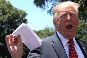 Qué dice el papel con el que Trump reveló sin querer detalles del acuerdo migratorio con México