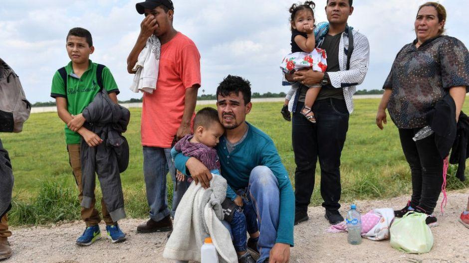 """Niños inmigrantes: """"Encerrados en celdas horribles donde hay un inodoro expuesto en medio de la habitación"""""""