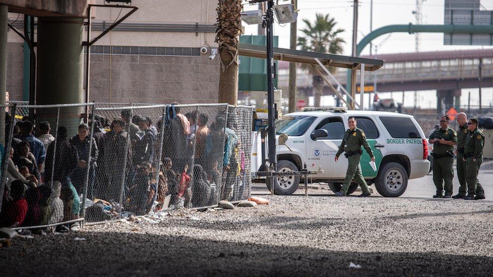 Los centros de detención de migrantes están desbordados.