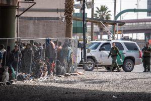 """Por qué están llamando """"campos de concentración"""" a los centros de detención de inmigrantes en Estados Unidos"""