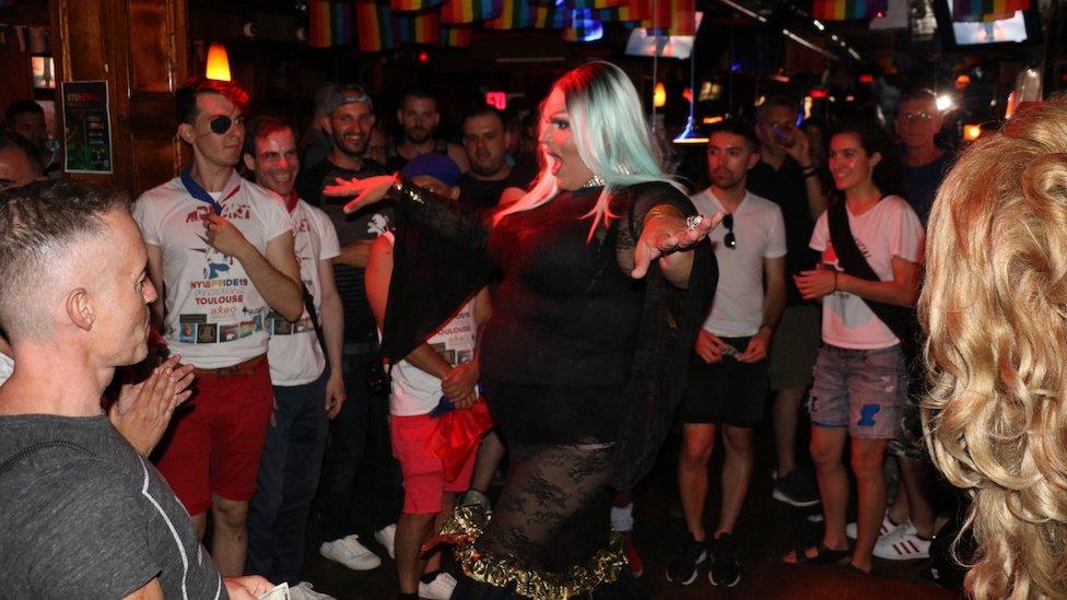 Cómo es hoy Stonewall Inn, el bar de Nueva York donde ocurrió la revuelta por los derechos gay hace 50 años