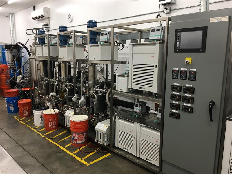 Tanques con equipo sofisticado para extraer aceite de cannabis, encontrados en un laboratorio clandestino ubicado en una bodega en Lemon Grove, cerca de San Diego, California.