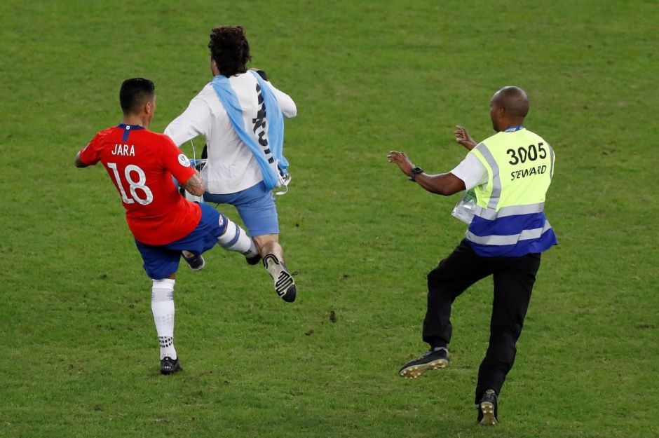 La patada del chileno Jara a un espontáneo que causó una gran polémica en la Copa América