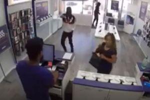 Video: Una abuela es azotada al piso durante un robo en tienda de celulares