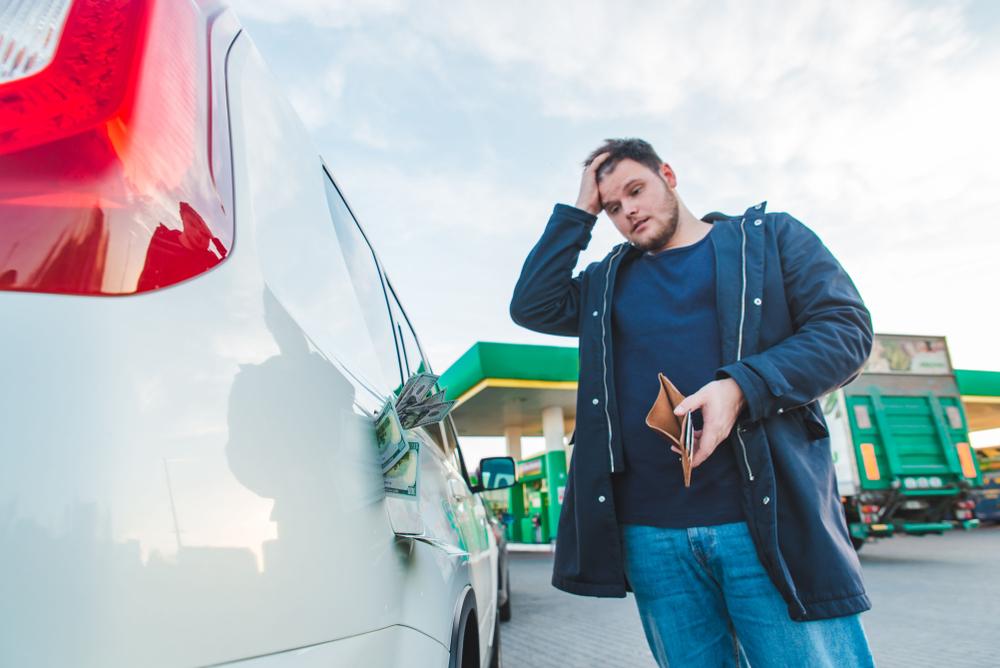 Los precios de la gasolina están subiendo a causa de estos autos… más eficientes