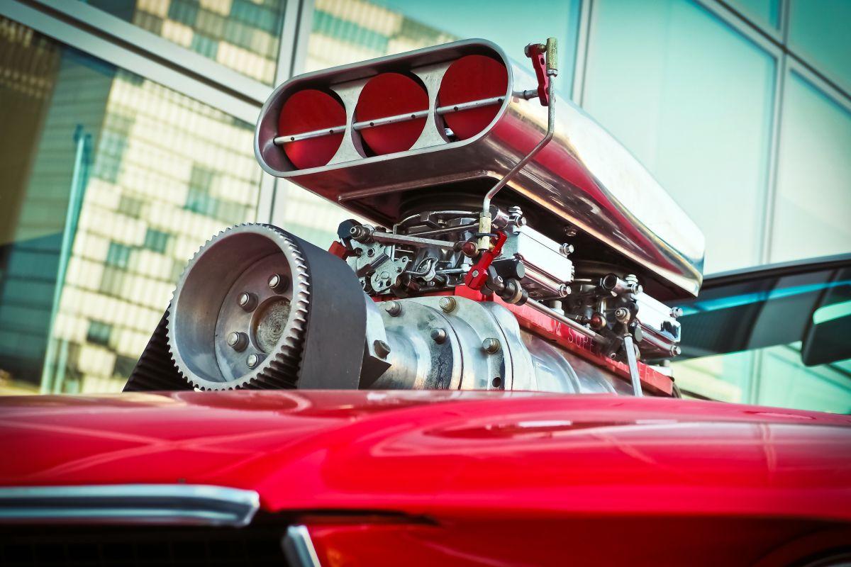 ¿Cuál es la diferencia entre un sistema turbocharger y un supercharger?
