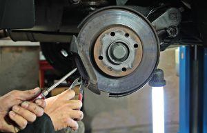 ¿Qué elementos se incluyen en el mantenimiento preventivo de un auto?