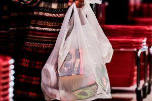 Esta tienda pone frases vergonzosas en bolsas de plástico para evitar que la gente las use