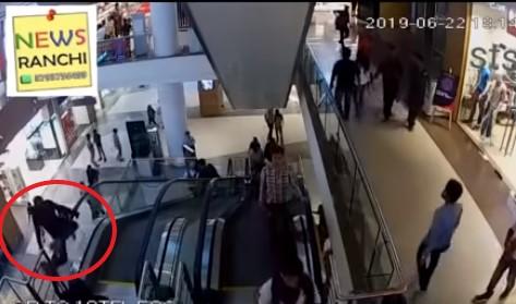 Muere niño tras caer de escaleras eléctricas