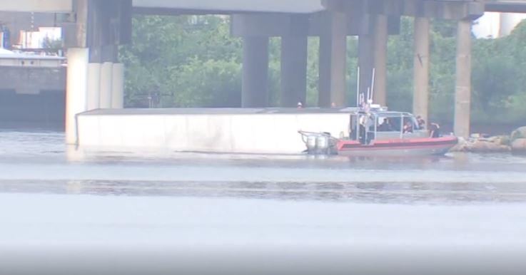 El Alguacil del Condado Harris, Ed Gonález dijo que no parece que el conductor alcanzo a escaparse.