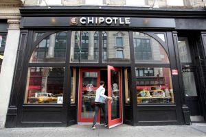 Chipotle pagará multa de $25 millones por servir comida contaminada