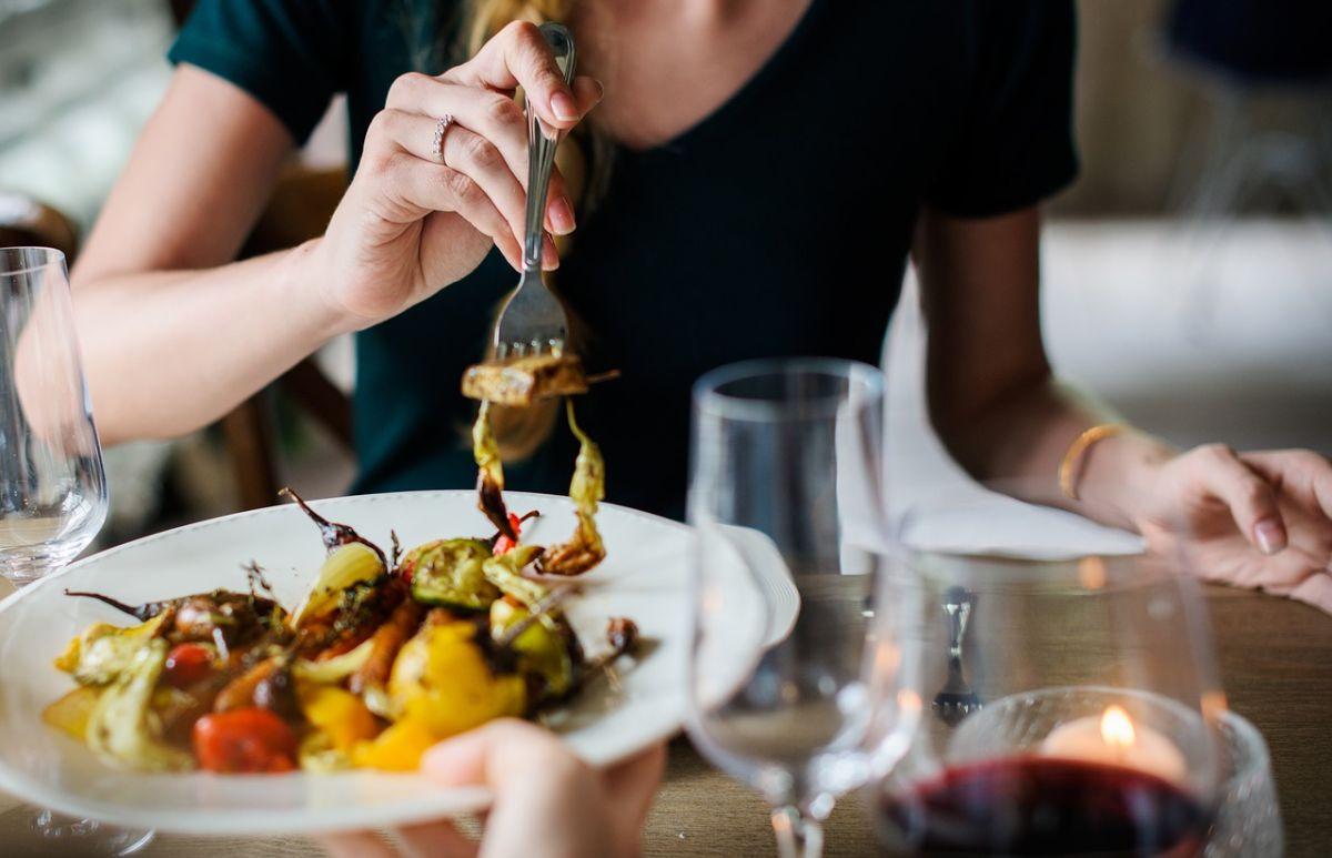 Cenar ligero, nutritivo y saludable es un buen hábito para bajar de pes y prevenir enfermedades degenerativas.