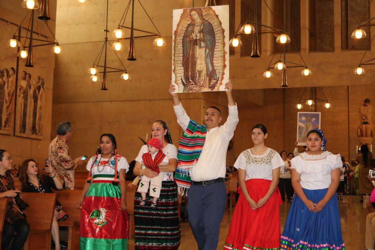 La imagen de la Virgen de Guadalupe es venerada por decenas de fieles. / foto: Jorge Luis Macías.