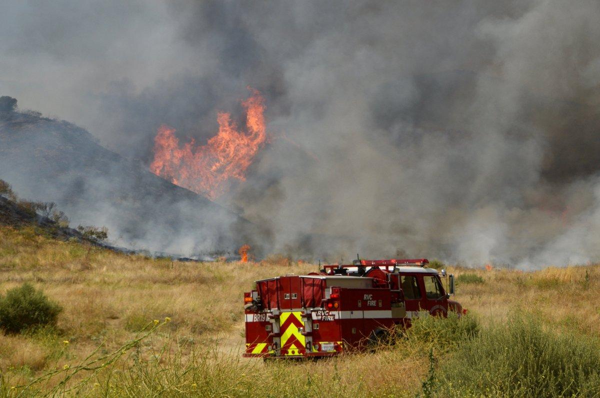 Las llamas continúan fuera de control a un costado de la Interestatal 5.