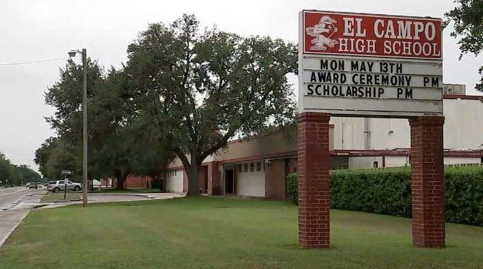 """El Distrito Escolar de El Campo informó que la suplente fue dada de baja por """"un incidente criminal inapropiado""""."""